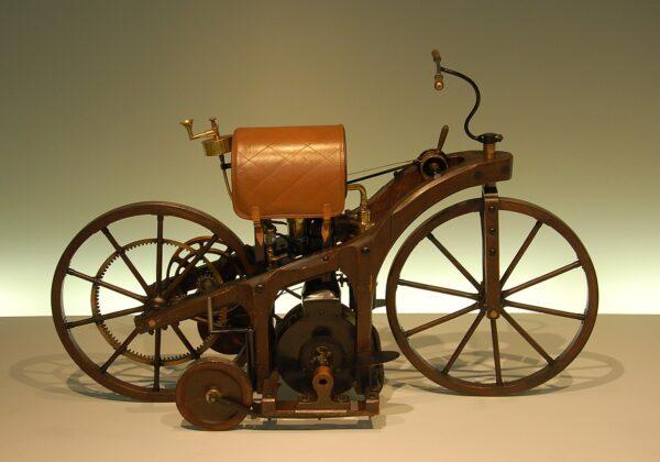 29 Agosto 1885 – Brevettato il primo motociclo con motore a combustione interna